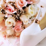туфли и кольца на свадебной открытке